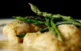 Filetti di nasello in padella con asparagi e funghi